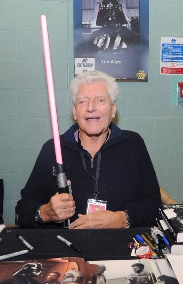 David-Prowse-posing-with-lightsaber