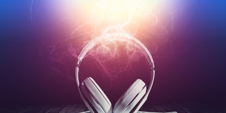 podcast-headphones-listen