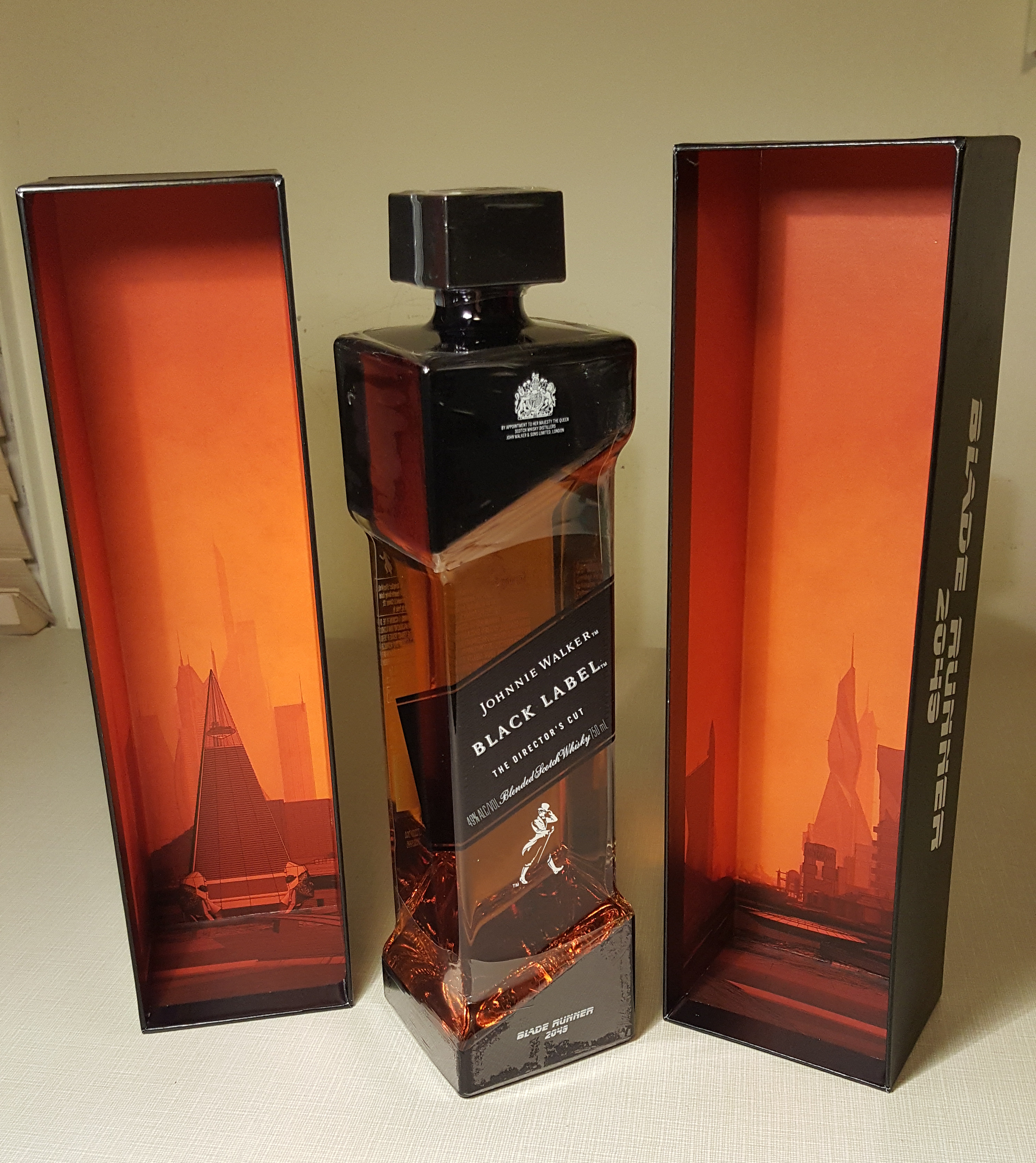 johnnie-walker-blade-runner-whiskey-box-openingjohnnie-walker-blade-runner-whiskey-box-opening